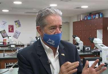 Zeballos presentó su renuncia  cuando el país inicia el proceso de vacunación.