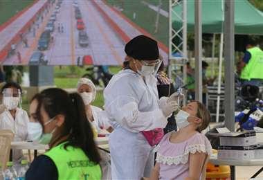 Toma de pruebas de antígeno nasal. Foto: Jorge Ibáñez