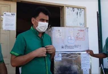 Carlos Hurtado (centro) entregó las vacunas a autoridades de Obispo Santistevan