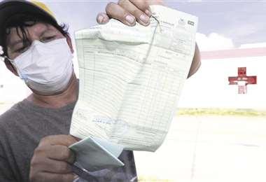 Esta persona muestra una receta médica. Foto Ricardo Montero
