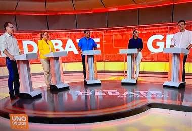 Los cinco candidatos que se presentaron al debate. Foto: Captura