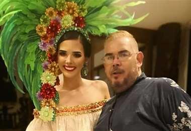 Miguel Escalante recibe varios premios por su labor en la moda. Con él la modelo Romy Paz