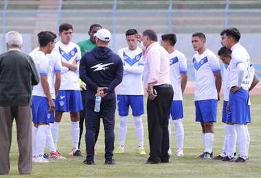 Marcelo Soruco, dirigente de San José, intentó persuadir a sus jugadores. Foto: APG