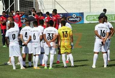 Los jugadores de Wilstermann y Real Santa Cruz. Foto: Juan C. Torrejón