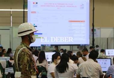 La revisión de actas retrasa el resultado oficial. Foto: Juan Carlos Torrejón