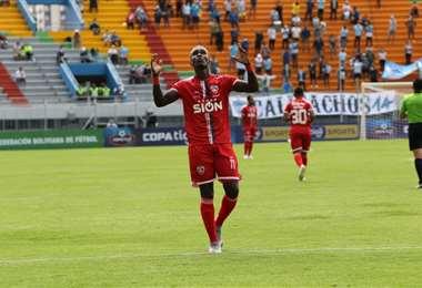 El festejo del hondureño Rubilio Castillo, que aportó con gol al triunfo de Royal Pari.