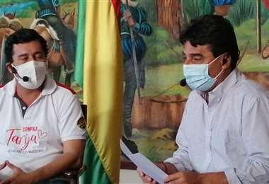 El actual acalde Alfonso Lema (izq.) junto al alcalde electo, Torres