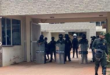 La Policía custodia el condominio Solari, donde vive Jeanine Áñez (Foto: RRSS)