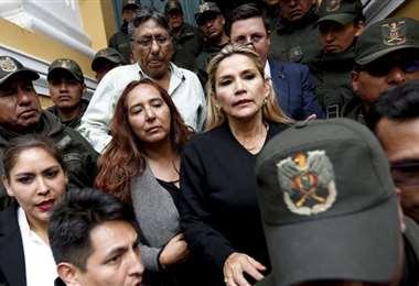 Añez sale del Palacio Legislativo durante la crisis de 2019