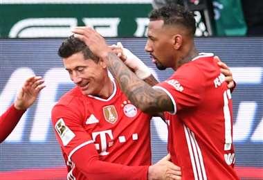 Lewandowski (izq.) marcó un gol para el Bayern y ya lleva 32 esta temporada. Foto: AFP