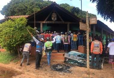 Vigilia en el comando policial de San Ignacio/Foto: Carlos Quinquiví