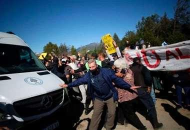 Fernández debió ser protegido por un corredor humano. Foto: El Cordillerano