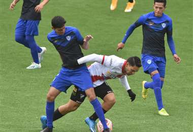 Algarañaz intenta superar a un rival de San José. Foto: APG
