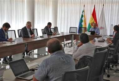 Ejecutivos de YPFB y Ambar sostuvieron una reunión