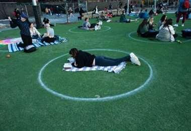Círculos que marcan el distanciamiento social en Nueva York. Foto: AFP