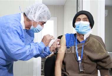 Vacunación anticovid en el Oncológico/Foto: Juan Carlos Torrejón