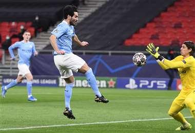 La definición de Gundogan, del Manchester City, ante la salida del arquero. Foto: AFP