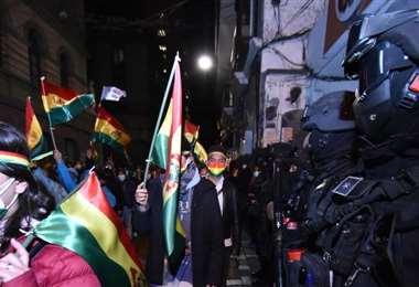 Los manifestantes frente a la Policía (Foto: APG Noticias)