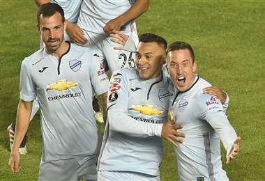 El argentino Leonardo Ramos (dcha.) marcó dos goles para Bolívar. Foto: APG Noticias