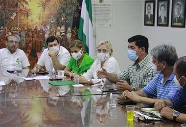 La reunión se desarrolla en el Comité pro Santa Cruz. Fotos: Juan C. Torrejón