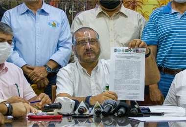 Calvo hizo el anuncio desde el Comité. Foto: Róger Barba