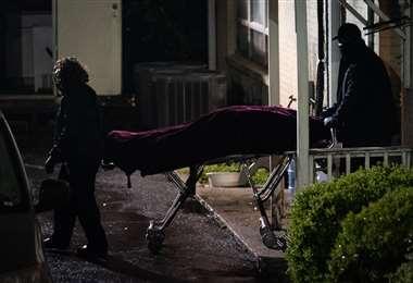 Agentes retiran el cuerpo de una de las víctimas. Foto AFP
