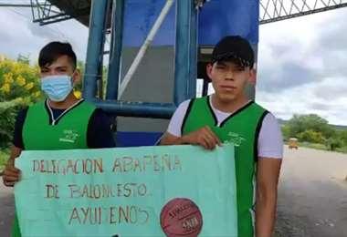Los hermanos Flores en el peaje de Abapó. Foto: L. González