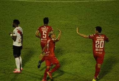 La celebración de Hurtado y Peredo, jugadores de Guabirá. Foto: APG