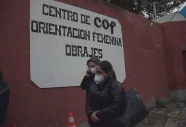 La hija y la abogada de Jeanine Áñez llegaron hasta la cárcel de Obrajes. Foto: APG