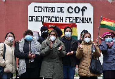 Ribera (centro) encabeza una vigilia pidiendo atención médica para su mamá. Foto: APG