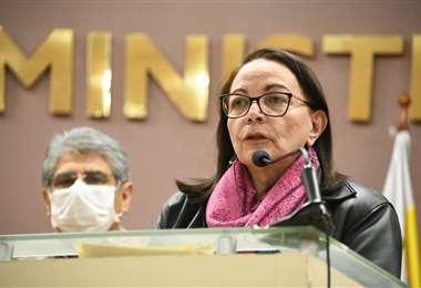 La exministra Eidy Roca recibe el apoyo de la Sociedad Boliviana de Salud Pública