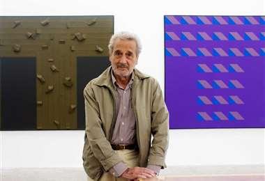 Vicente Rojo junto a un par de sus obras