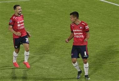 El festejo de Moisés Villarroel, autor del gol de Wilstermann,con Damián Lizio. Foto: APG