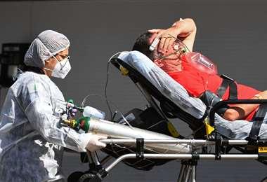 Un paciente es llevado a terapia intensiva. Foto AFP