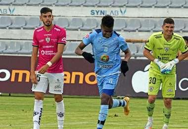 Carrasco (izq.) durante su debut en Independiente del Valle. Foto: API