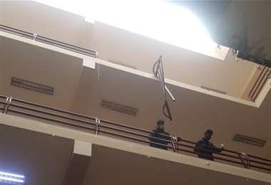 Siete estudiantes cayeron al romperse una baranda en la UPEA y hay al menos tres fallecidos | EL DEBER