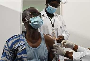 Un oficial recibe la vacuna anticovid. Foto AFP