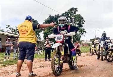Jorge Gamarra en la moto número 99 que va primero. Foto: Julio Zumoya