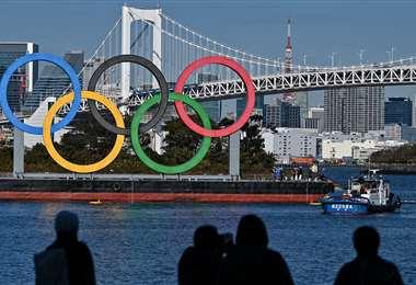 Los anillos olímpicos se reinstalan en el paseo marítimo de Tokio. Foto: AFP