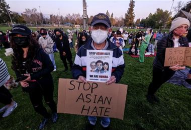 Manifestante contra el racismo hacia los asiáticos en EEUU