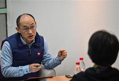 El consejero matrimonial Zhu Shenyong ayuda a las parejas que quieren divorciarse/AFP
