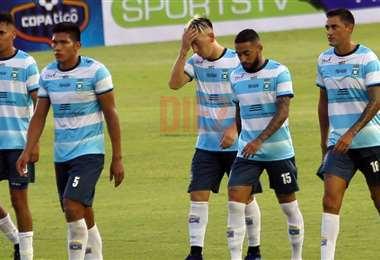 Los jugadores de Blooming se lamentan tras la derrota. Foto: Jorge Ibáñez
