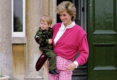 Harry en los brazos de su madre, cuando era niño y el consentido de su familia