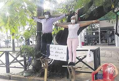 Dos progenitores simularon crucificarse para ser escuchados