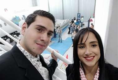 La azafata boliviana Ximena Suárez y su hermano, Bryan