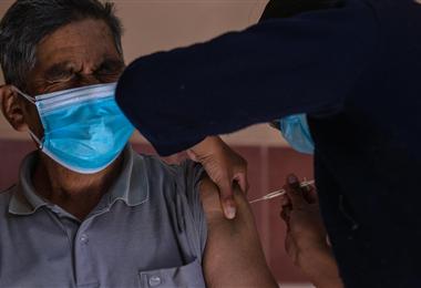 En Bolivia se inició la vacunación a personas con enfermedad de base. Foto. ABI