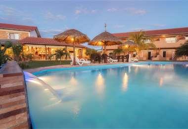 Hotel La Villa Chiquitana (San José) cuenta con piscina y un amplio jardín