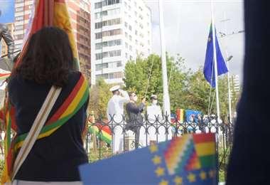 El Presidente Luis Arce en la iza de la bandera por el Día del Mar (Foto: APG Noticias)