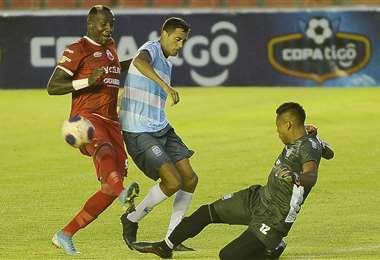 Marco Daniel Vaca (de negro) durante el partido ante Guabirá. Foto: APG Noticias