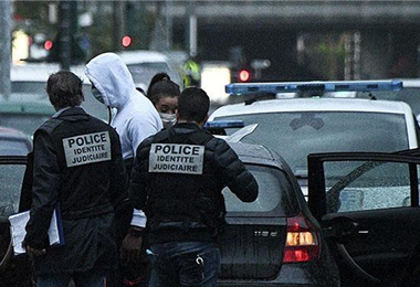 Policía de Francia detiene a una persona en París. Foto. Internet